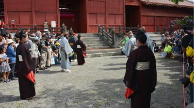 1.摂政、三司官が琉球国王、王妃をお迎えにあがります。